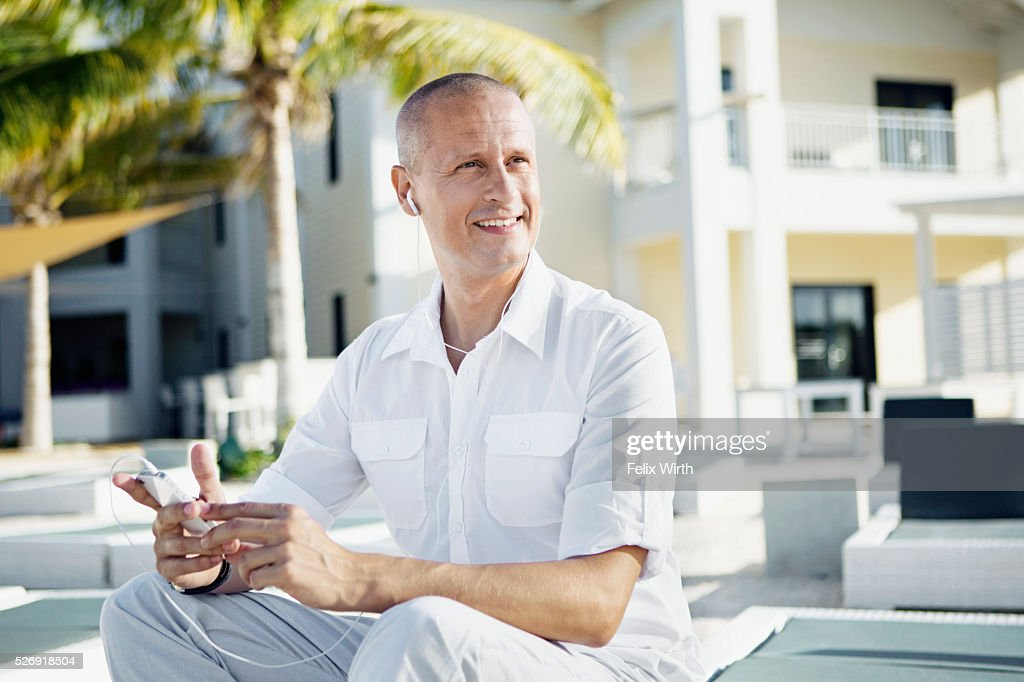 Portrait of man using mp3 player : Stockfoto
