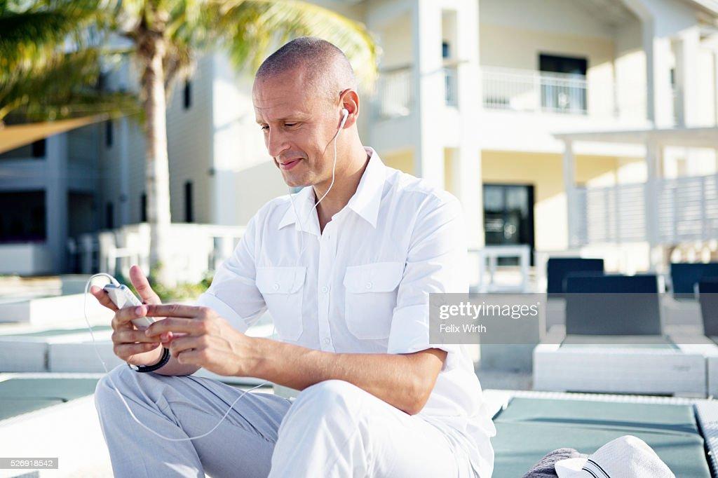 Portrait of man using mp3 player : Stockfoto