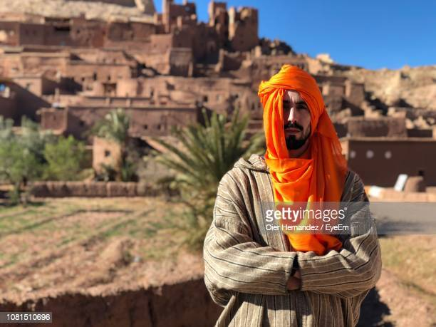 portrait of man wearing headscarf while standing at desert - oier stock pictures, royalty-free photos & images