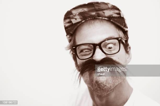 Porträt eines Mannes mit Schnurrbart und lustig machen lustiges Gesicht