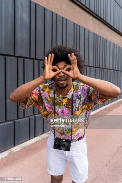 portrait of man with a camera wearing colorful shirt - buntes hemd stock-fotos und bilder