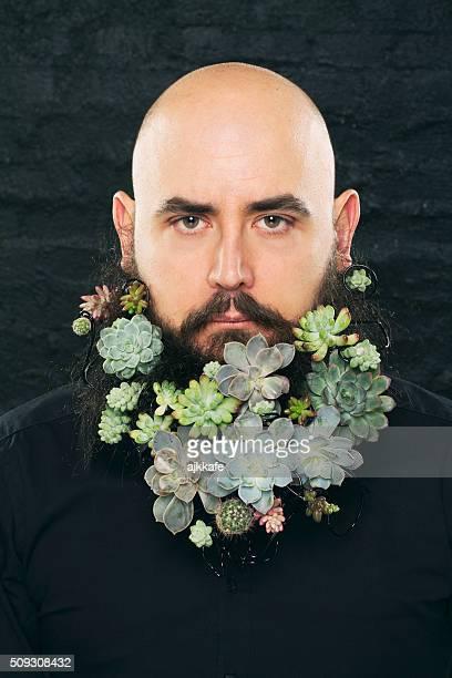 portrait d'homme avec des fleurs de la barbe - jardinier humour photos et images de collection