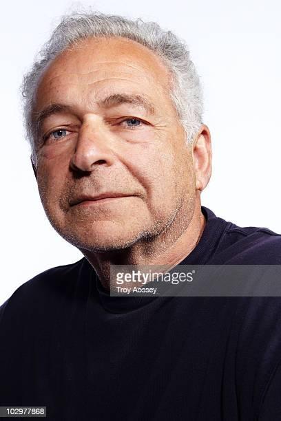 portrait of man with grey hair and blue eyes - einzelner senior stock-fotos und bilder