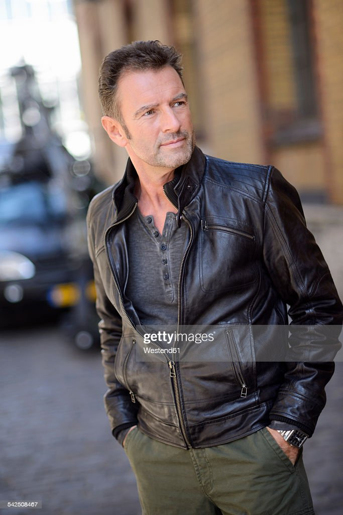 Portrait of man with hands in his pockets wearing black leather jacket : Stock-Foto