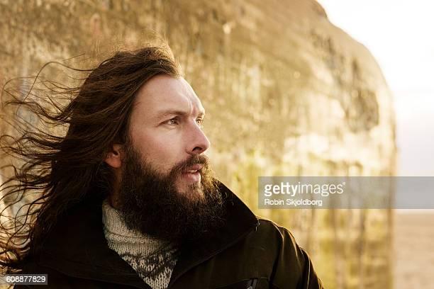 portrait of man with long hair and beard - cabelo comprido imagens e fotografias de stock