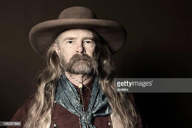 Porträt eines Mannes mit langem Haar tragen Cowboyhut