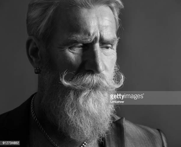 portrait of man with long white beard - peluria del viso foto e immagini stock
