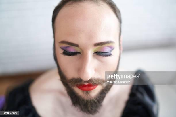 porträt des mannes mit make-up - crossdresser stock-fotos und bilder