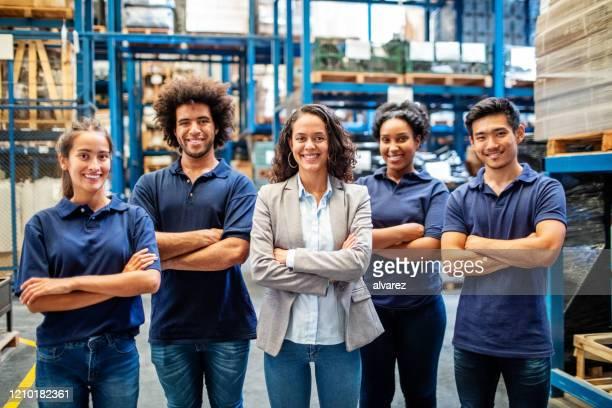 retrato del gerente con trabajadores de almacén - bodega lugar de trabajo fotografías e imágenes de stock