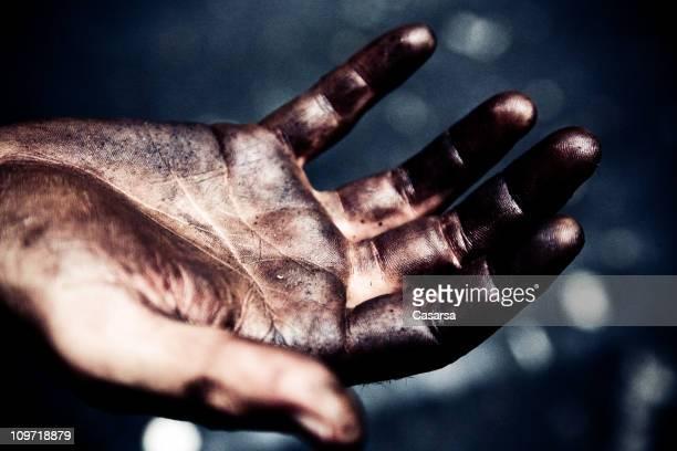 Porträt eines Mannes, die schmutzig, Öl Grease überdachte Hände