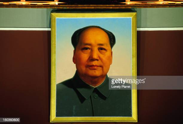 portrait of mao zedong above beijing's gate of heavenly peace. - mao tsé toung stockfoto's en -beelden