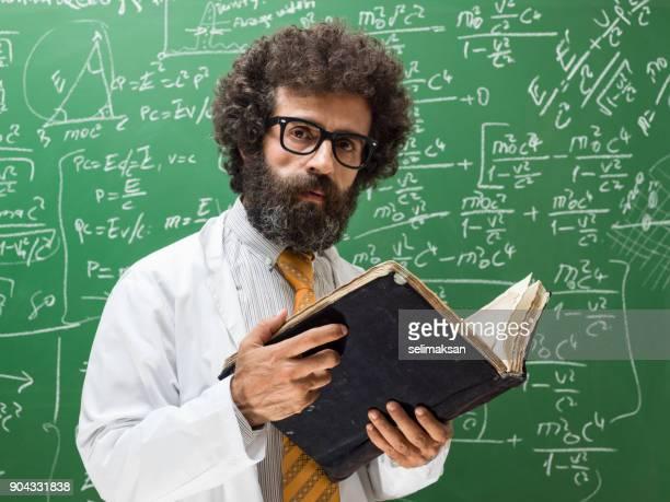 portret van volwassen volwassen man dragen laboratoriumjas voor bord - professor stockfoto's en -beelden
