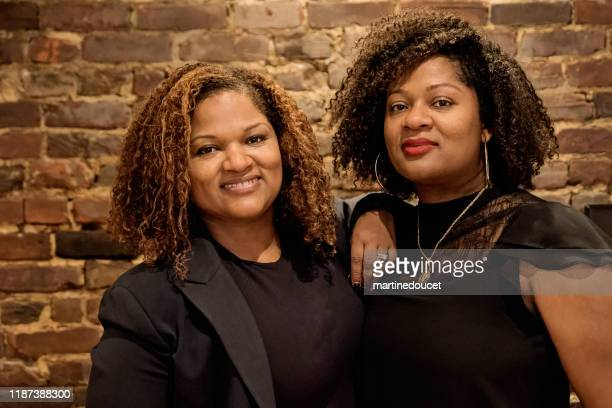 """成熟したアフリカ系アメリカ人の双子の姉妹の肖像 - """"martine doucet"""" or martinedoucet ストックフォトと画像"""