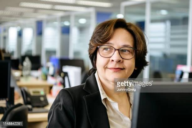 retrato da mulher de negócios madura que usa o computador - cabelo curto comprimento de cabelo - fotografias e filmes do acervo