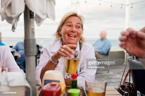 """porträt der reifen lgbtq frau zur happy hour. - """"martine doucet"""" or martinedoucet stock-fotos und bilder"""
