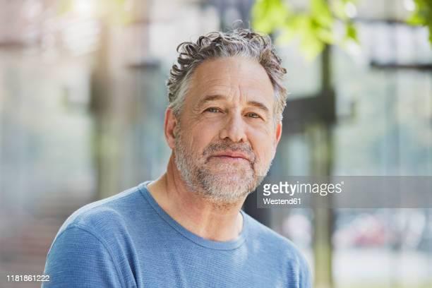 portrait of mature man in a park - 55 59 anni foto e immagini stock