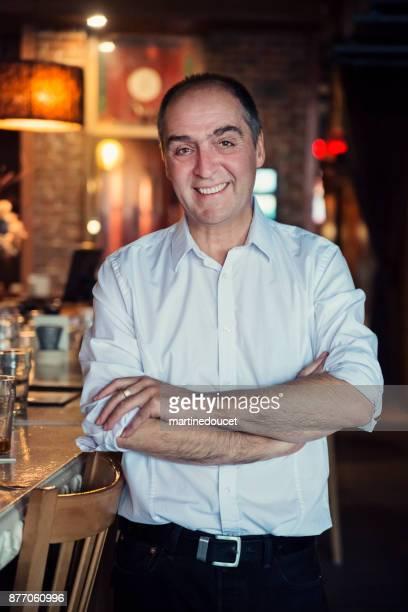 """retrato de hombre maduro en camisa blanca en un bar. - """"martine doucet"""" or martinedoucet fotografías e imágenes de stock"""