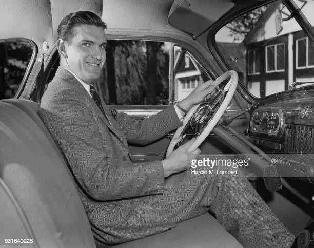 portrait of mature man sitting in car smiling - einzelner mann über 40 stock-fotos und bilder