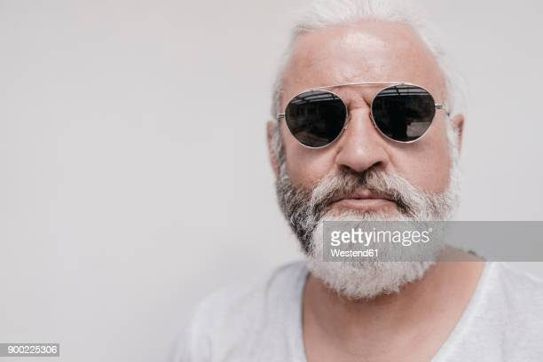 portrait of mature man wearing sunglasses - barba peluria del viso foto e immagini stock