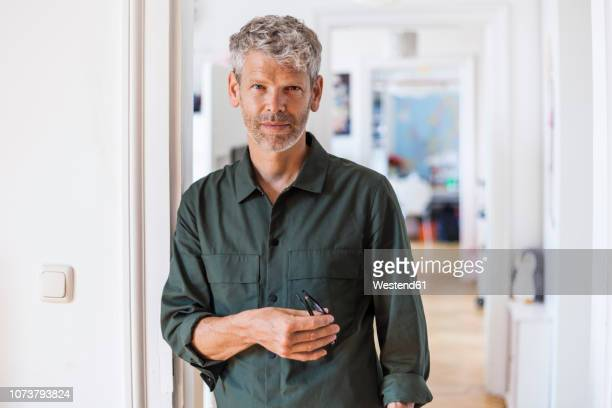 portrait of mature man with grey hair and stubble at home - da cintura para cima imagens e fotografias de stock