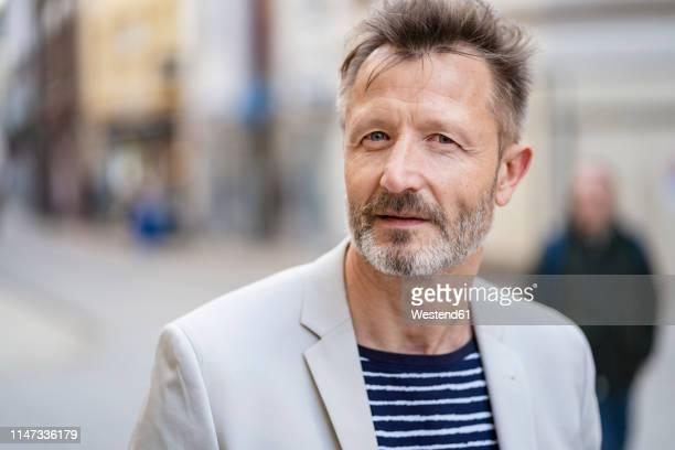 portrait of mature man with greying beard - seulement des adultes photos et images de collection