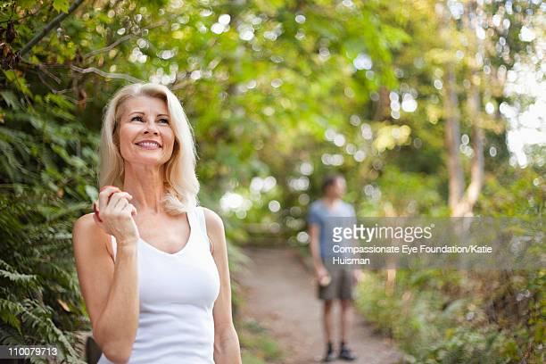 "portrait of mature woman eating apple - ""compassionate eye"" - fotografias e filmes do acervo"