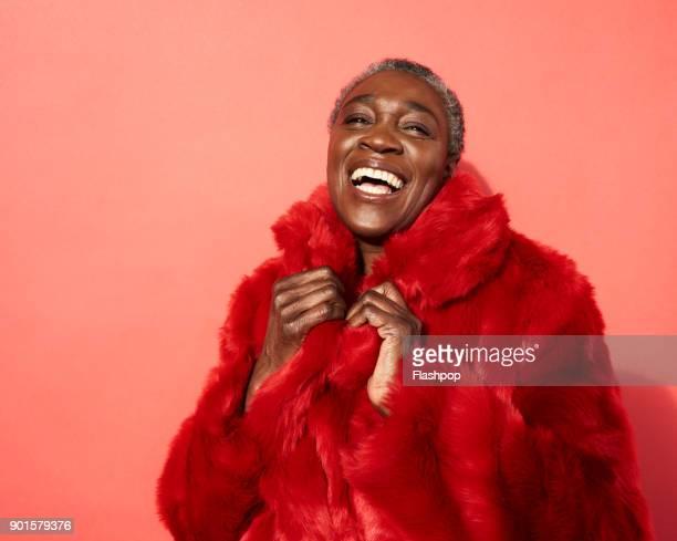 portrait of mature woman laughing - roupa quente - fotografias e filmes do acervo