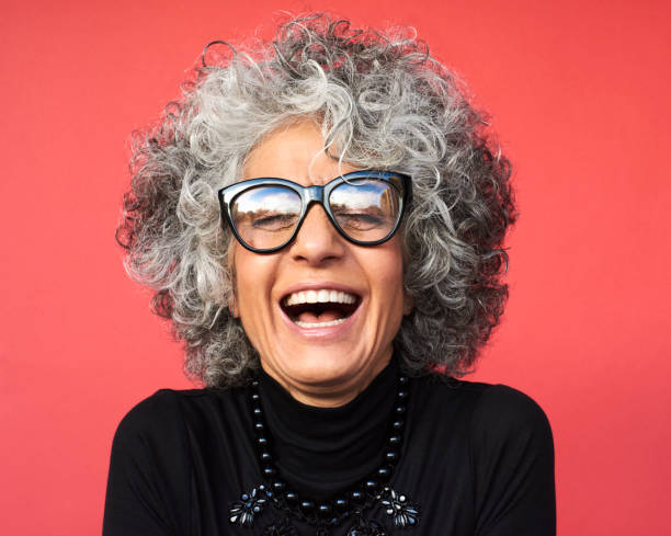 portrait of mature woman laughing - 彩色影像 個照片及圖片檔