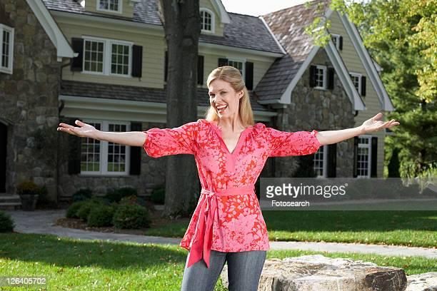 portrait of mature woman near house, chatham, new jersey, usa - three quarter length stock-fotos und bilder