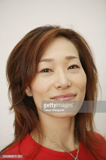 portrait of mature woman, smiling - somente japonês - fotografias e filmes do acervo
