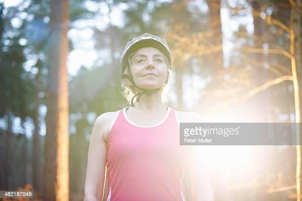 portrait of mature woman wearing bicycle helmet - peter forte - fotografias e filmes do acervo