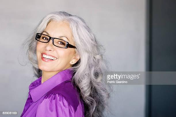 portrait of mature woman with glasses - cabelo grisalho - fotografias e filmes do acervo