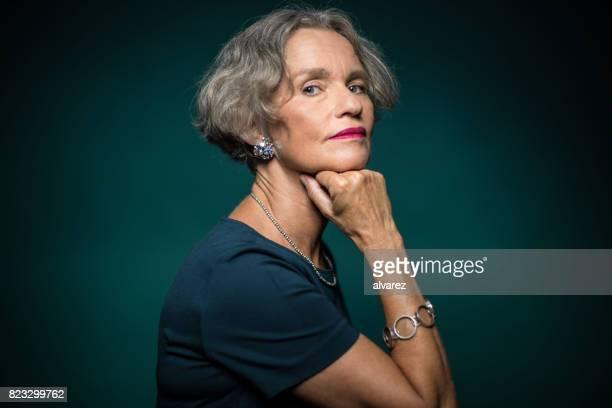 Porträt von Reife Frau mit Hand am Kinn