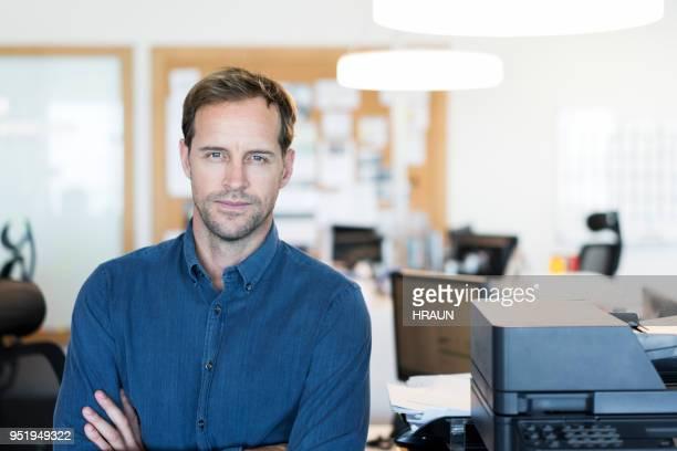 Porträt von Mitte adult Geschäftsmann im Büro