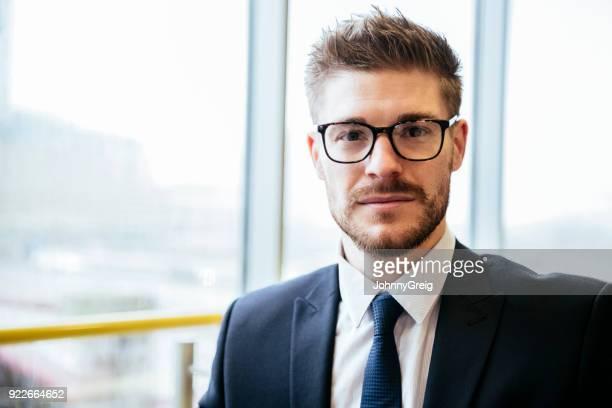 portret van mid volwassen zakenman bril en camera te kijken - overhemd en stropdas stockfoto's en -beelden