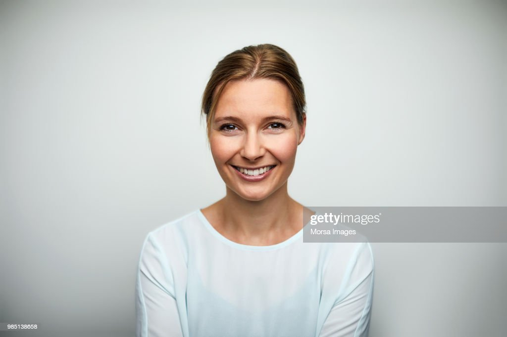 Portrait of mid adult businesswoman smiling : ストックフォト