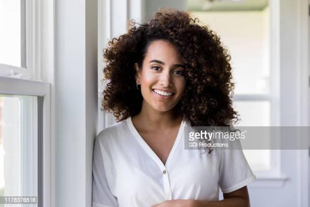 retrato de agente inmobiliario femenino de medio adulto - mujeres de mediana edad fotografías e imágenes de stock