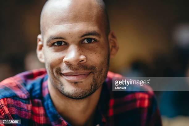 portrait of mid adult man smiling in coffee shop - erwachsener über 30 stock-fotos und bilder