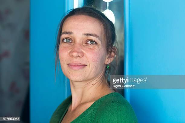 portrait of mid adult woman in doorway looking at camera - sigrid gombert fotografías e imágenes de stock