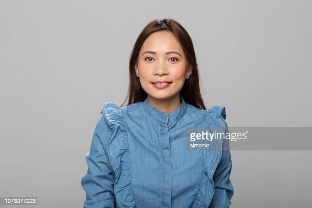 retrato de la mujer adulta media - pintalabios rosa fotografías e imágenes de stock