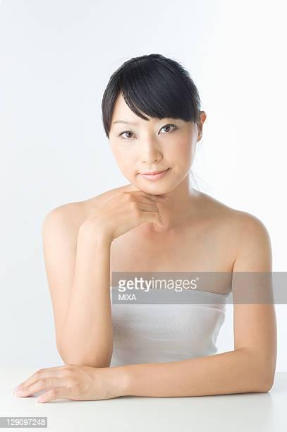 portrait of mid adult woman - 顎に手をやる ストックフォトと画像