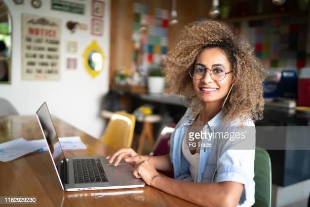 家中使用筆記本電腦的中年婦女的肖像 - 企業家 個照片及圖片檔