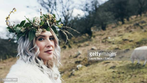 portrait of mid adult woman wearing flowers - laura belli foto e immagini stock