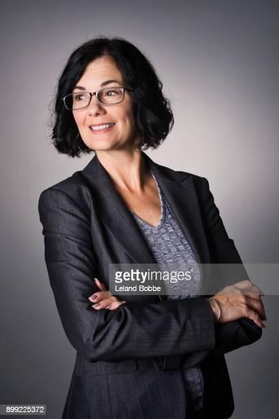 portrait of middle aged woman - cabelo preto imagens e fotografias de stock