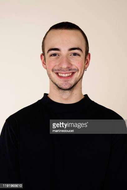 """porträt von tausendjährigen jungen mann mit engen rasierten haaren. - """"martine doucet"""" or martinedoucet stock-fotos und bilder"""