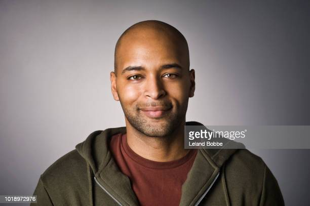 portrait of mixed race adult male - retrato formal - fotografias e filmes do acervo