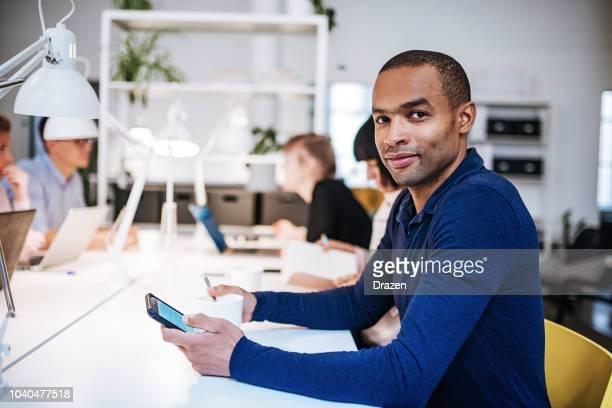 portrait d'un homme de race mélangée dans un espace de travail conjointement. - homme maghrebin photos et images de collection