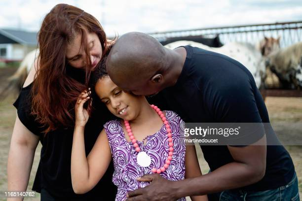 retrato da família da misturado-raça com filha autista com cavalos. - autismo - fotografias e filmes do acervo