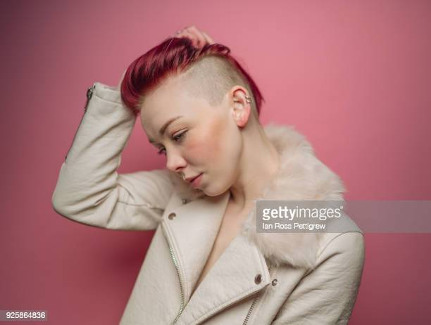 portrait of model with short red hair - punk - fotografias e filmes do acervo