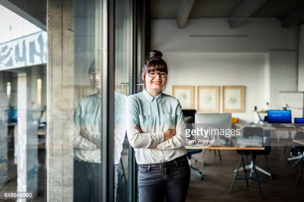 portrait of modern businesswoman in her office - lässige kleidung stock-fotos und bilder